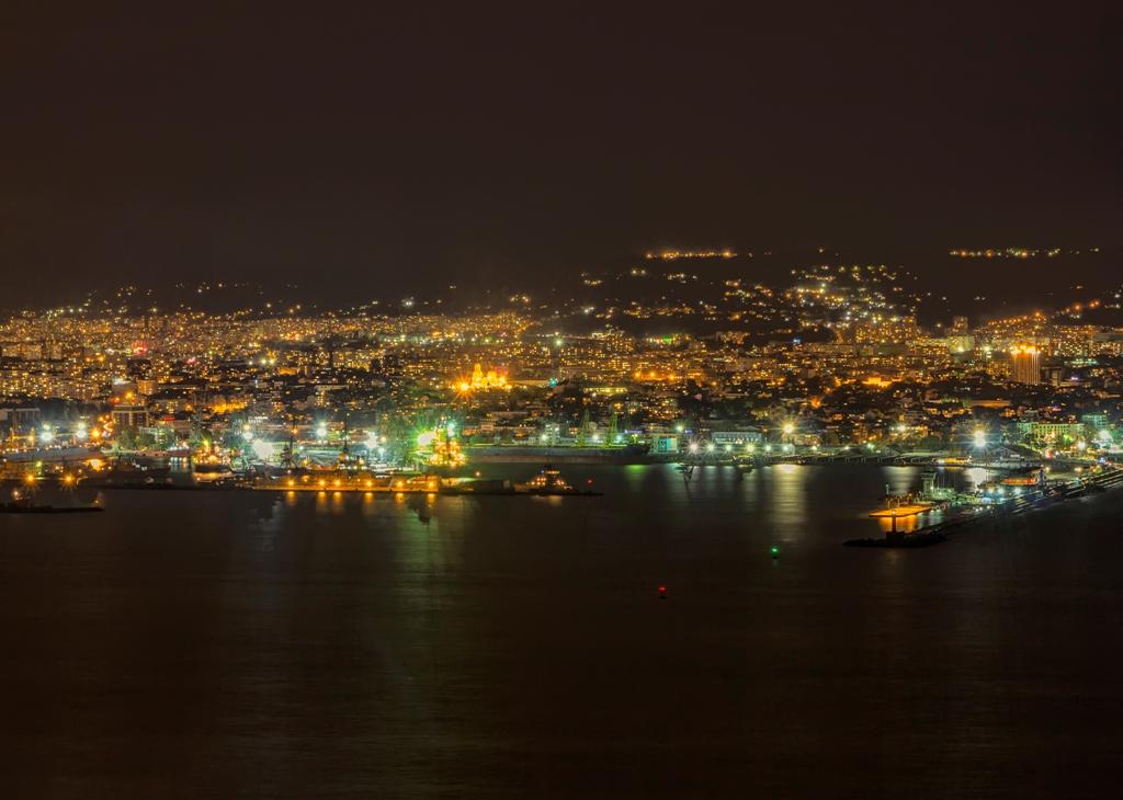Нощен изглед на град Варна